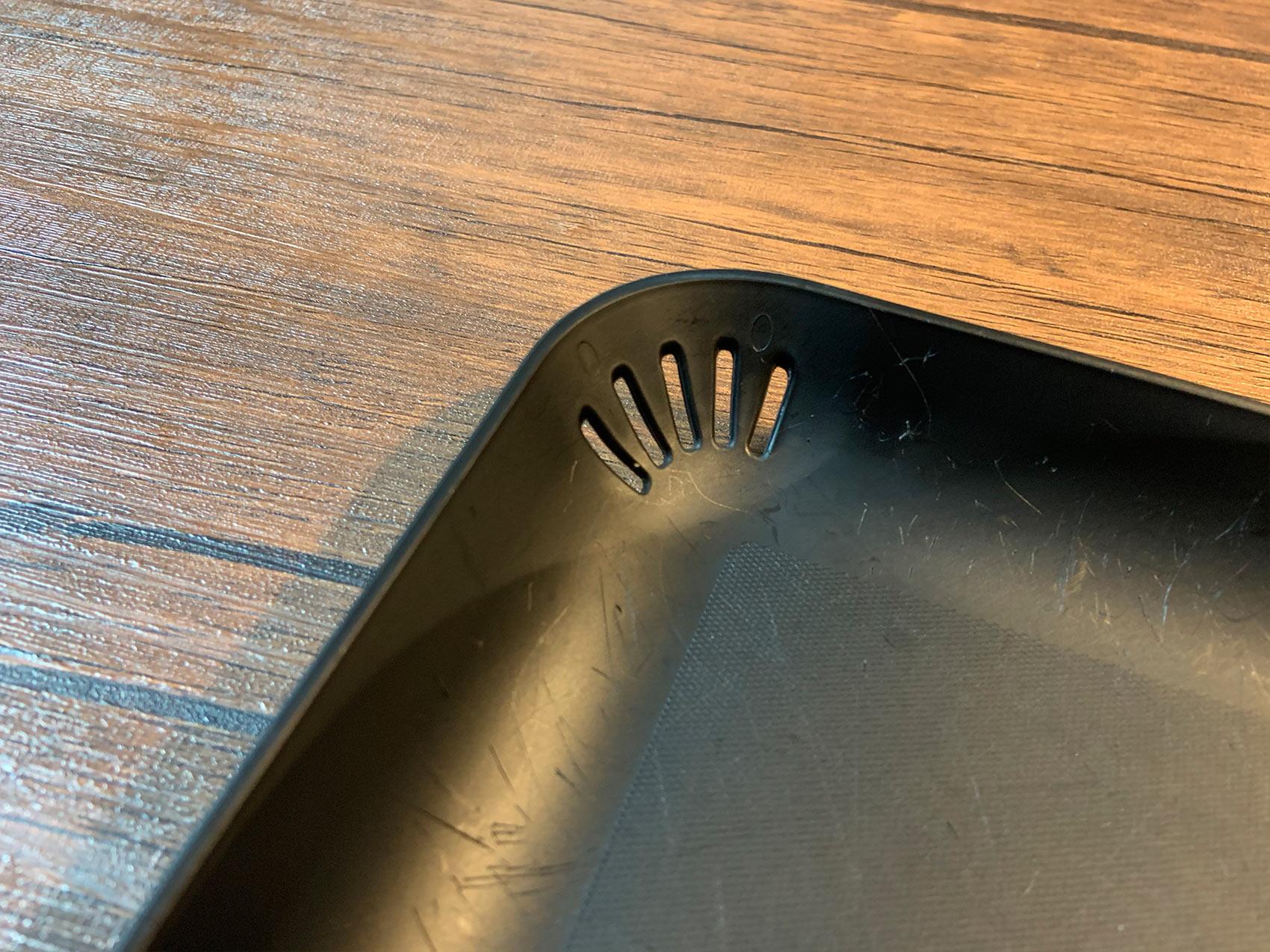 ダイソーのミニまな板には水切り穴がついてる!