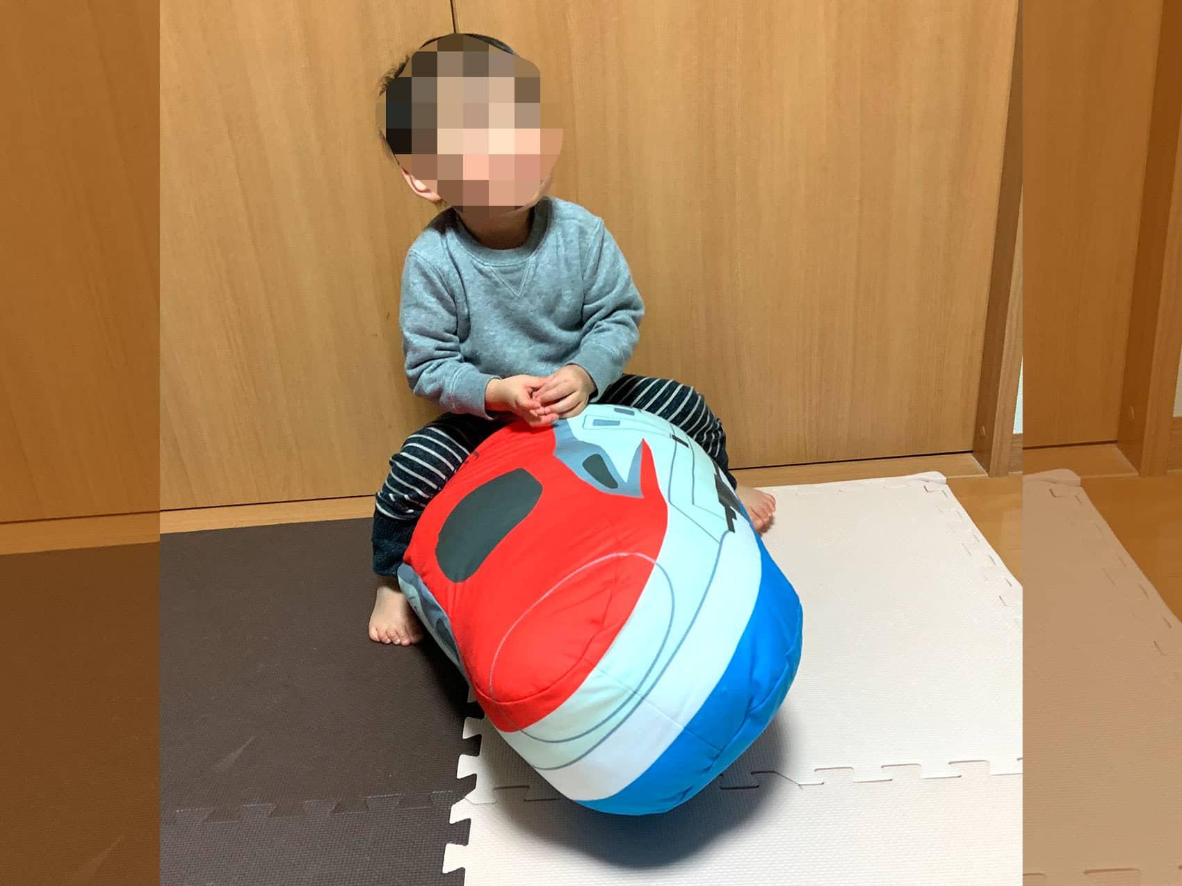 新幹線抱き枕にまたがる子供