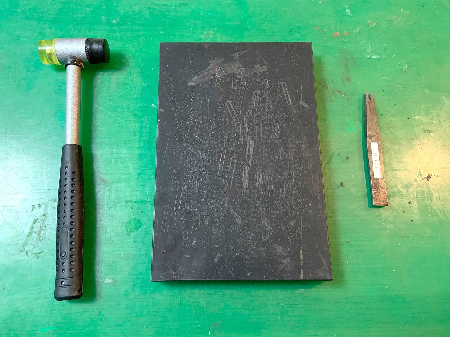 縫い目の穴をあける道具は2穴の菱目打ち、ゴム板、ハンマー