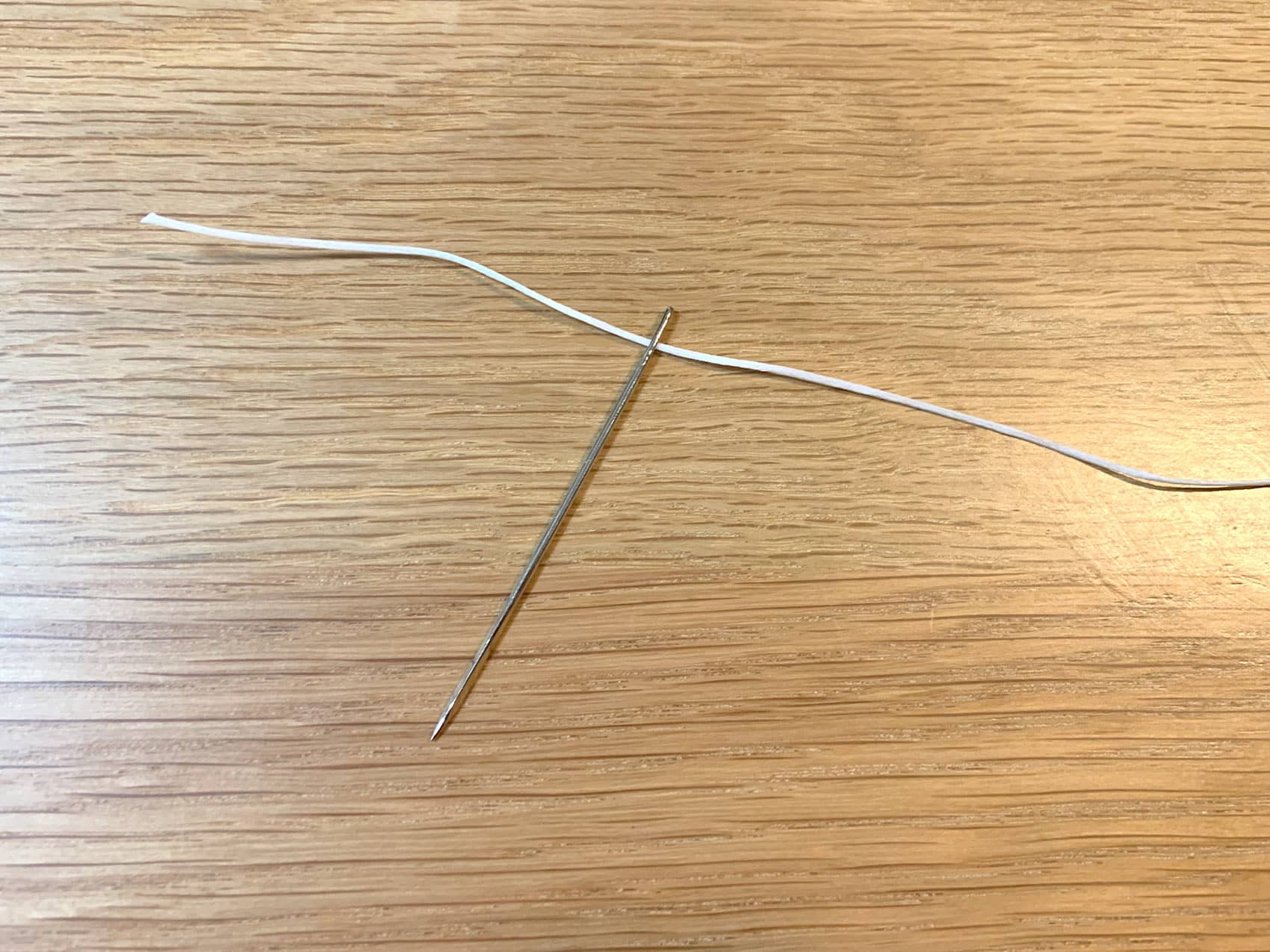 針に糸を通した所