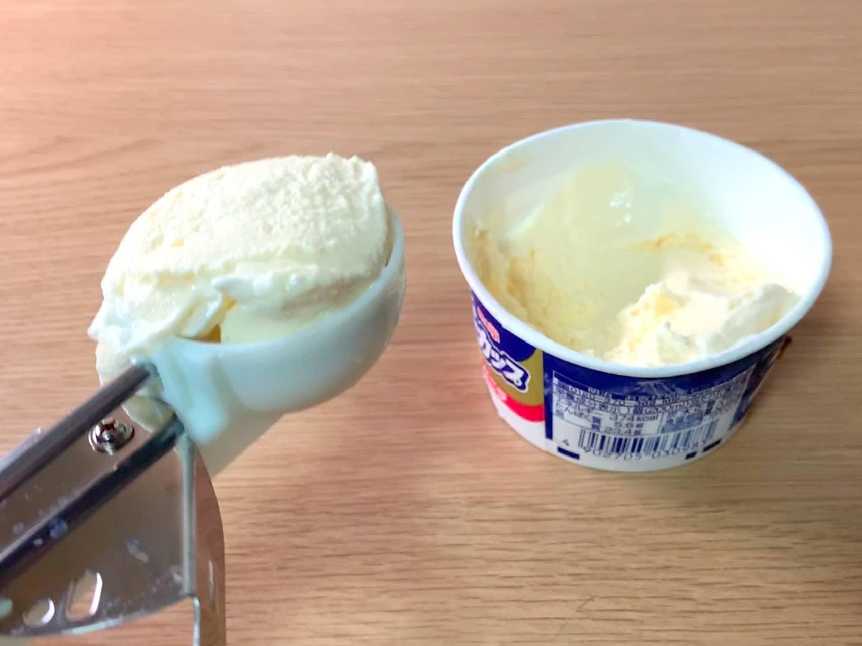 アイスクリームをすくってのせる