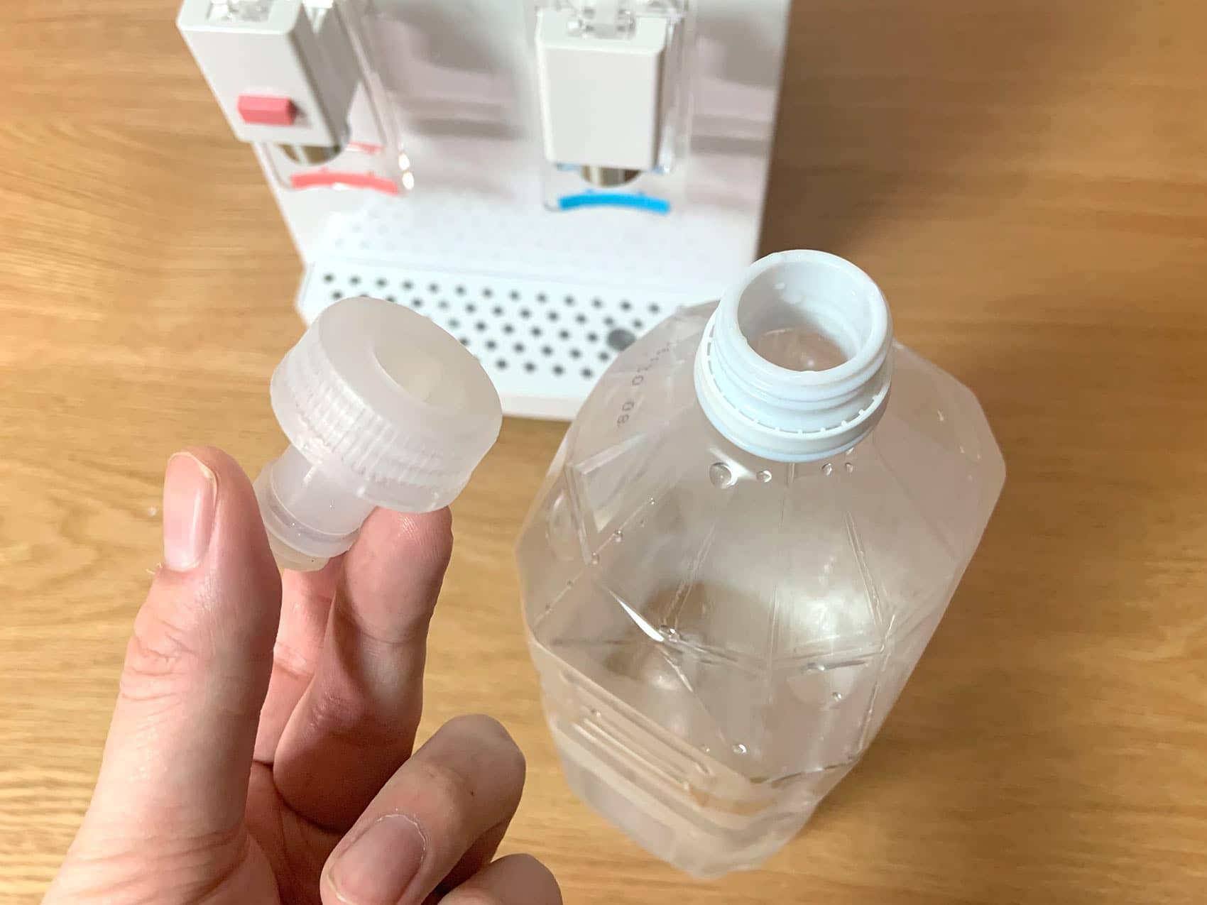 「AQUACUBE2」のキャップをペットボトルに取り付ける