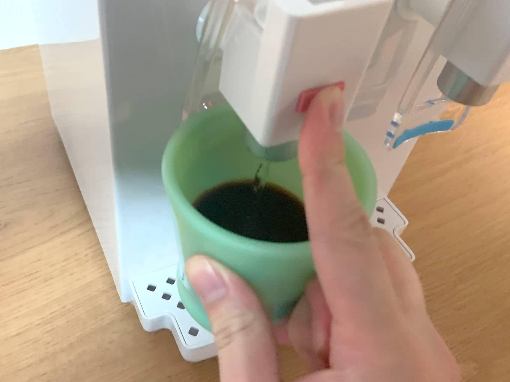 「AQUACUBE2」の温水をマグカップに注いでいるところ