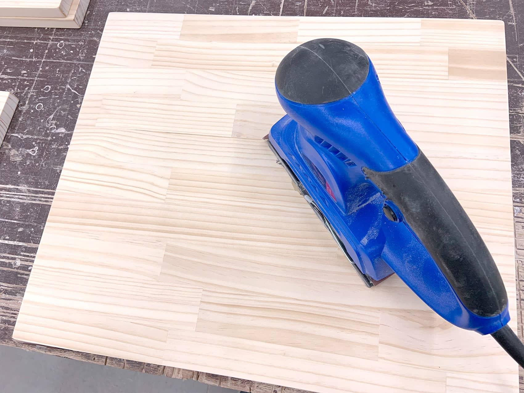 サンダーで木材をヤスリがけしていきます