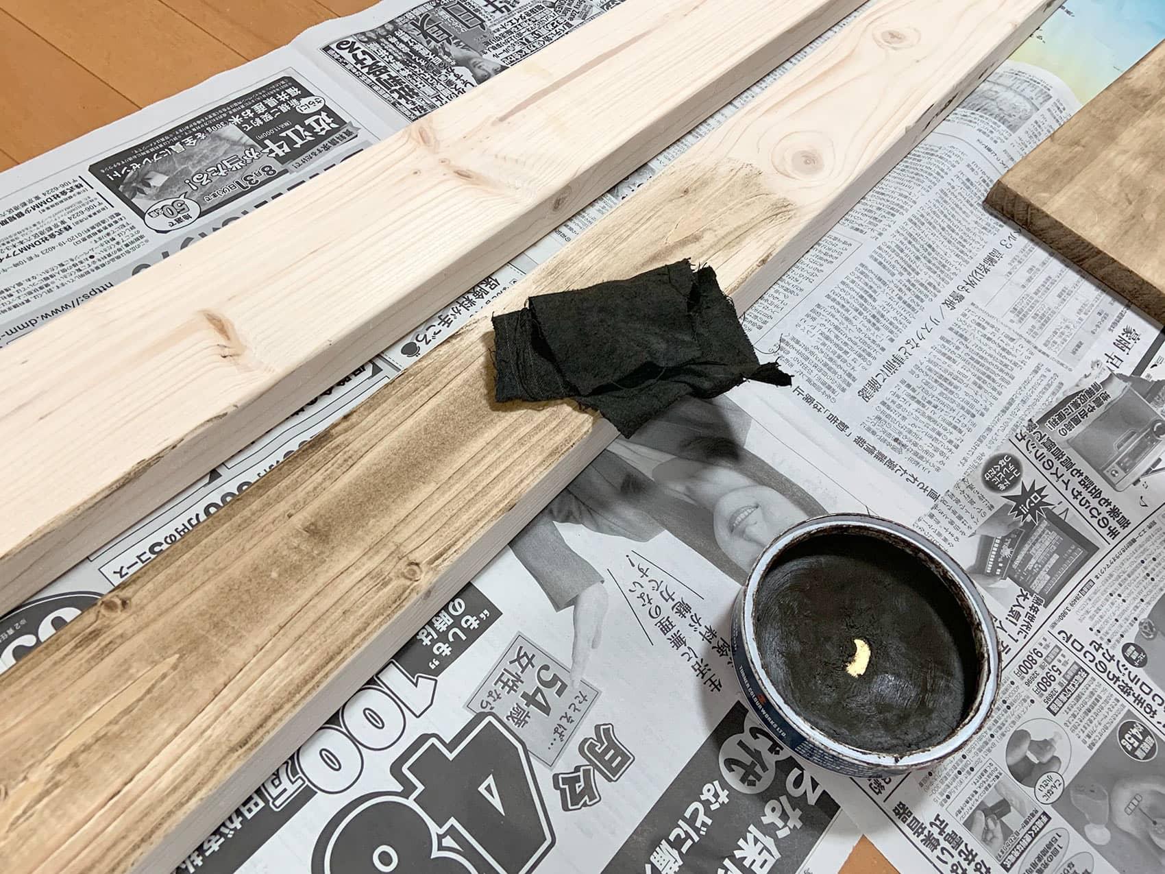 木材を塗装しているところ