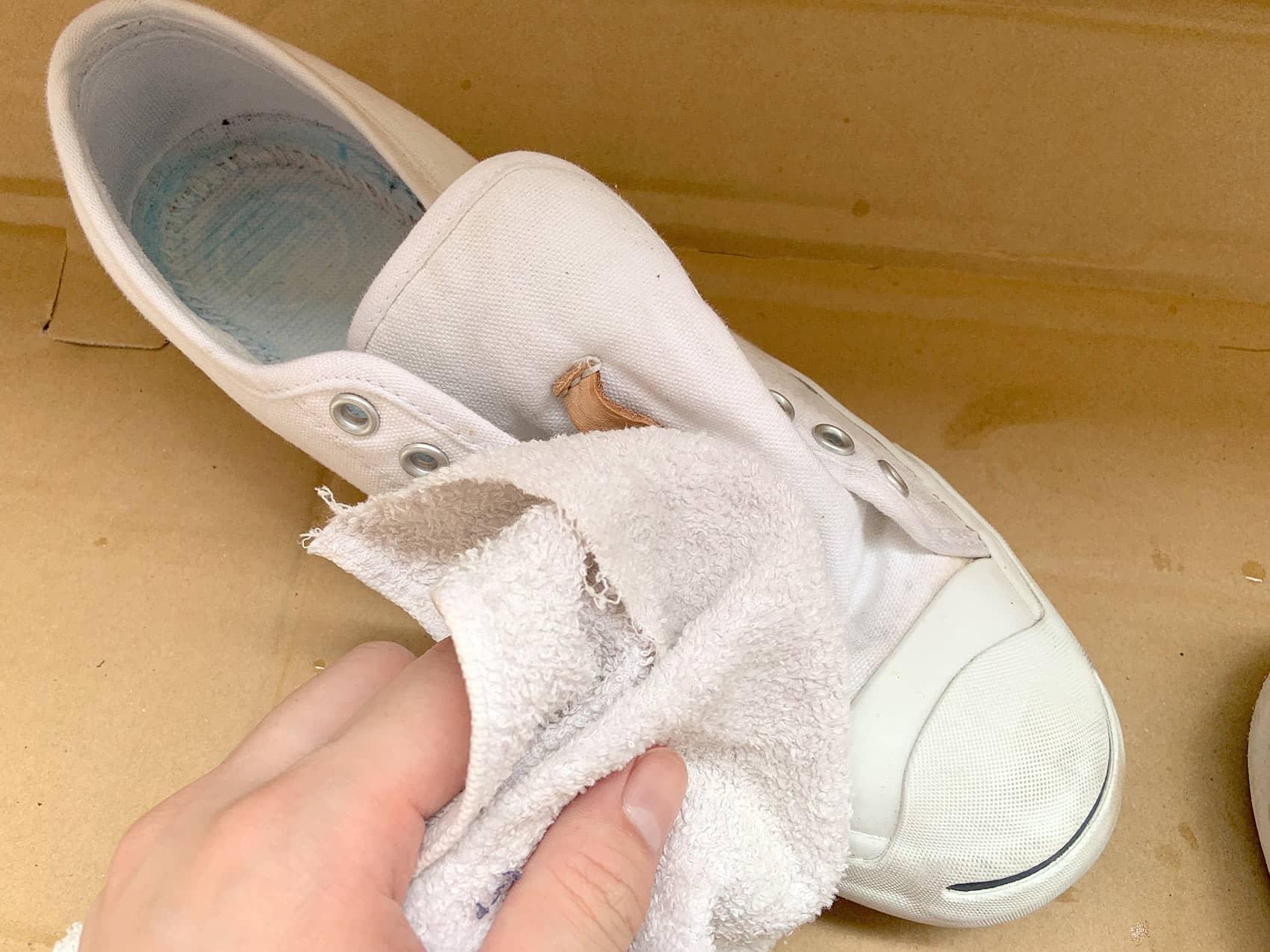 古布で洗剤などの水分を拭き取ります