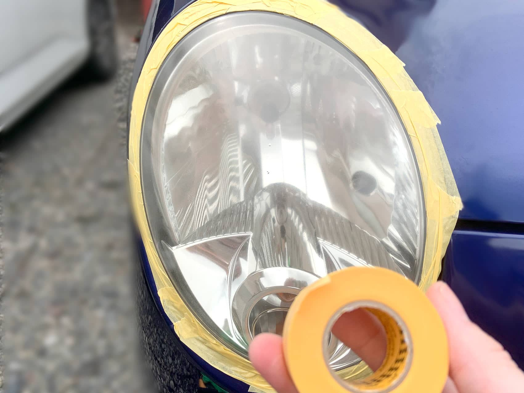 ヘッドライト周辺にマスキングテープを貼っていく