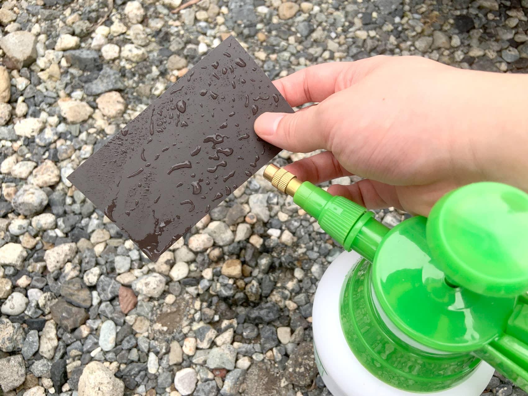 耐水ペーパーに水を含ませる