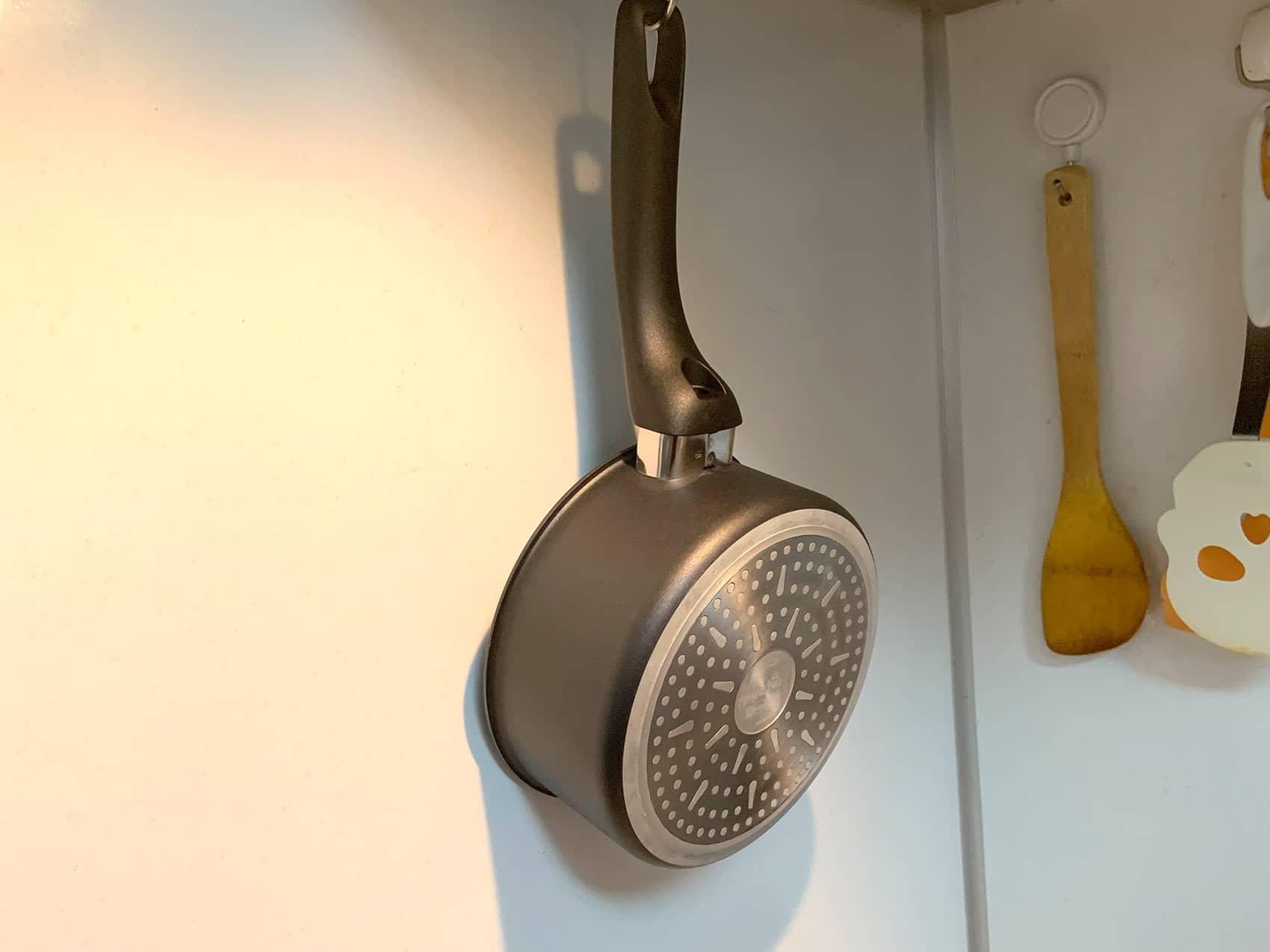 DAISO「ネオジウム磁石フック」は」キッチンで小鍋を吊るすのにぴったり