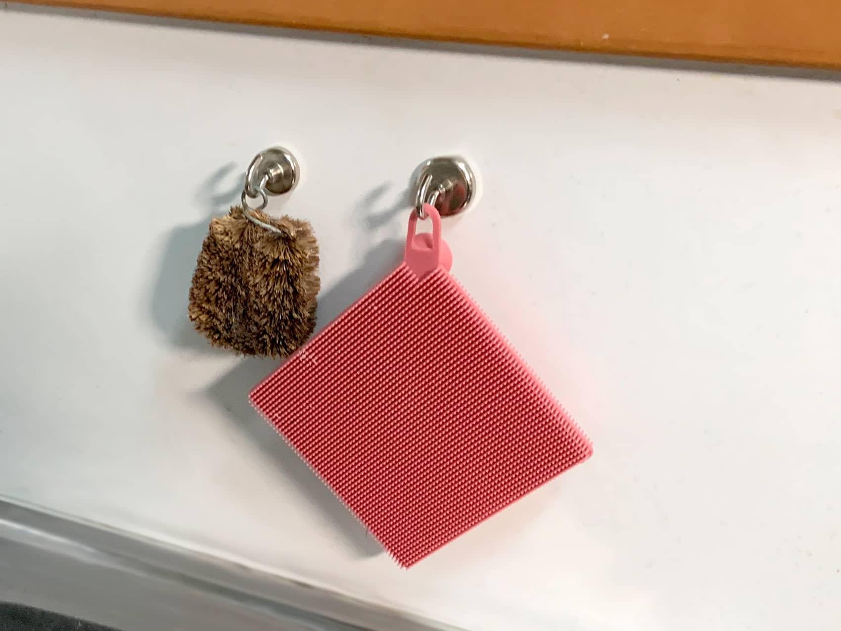 DAISO「ネオジウム磁石フック」は」流しでたわしなどを吊るすのにもオススメ